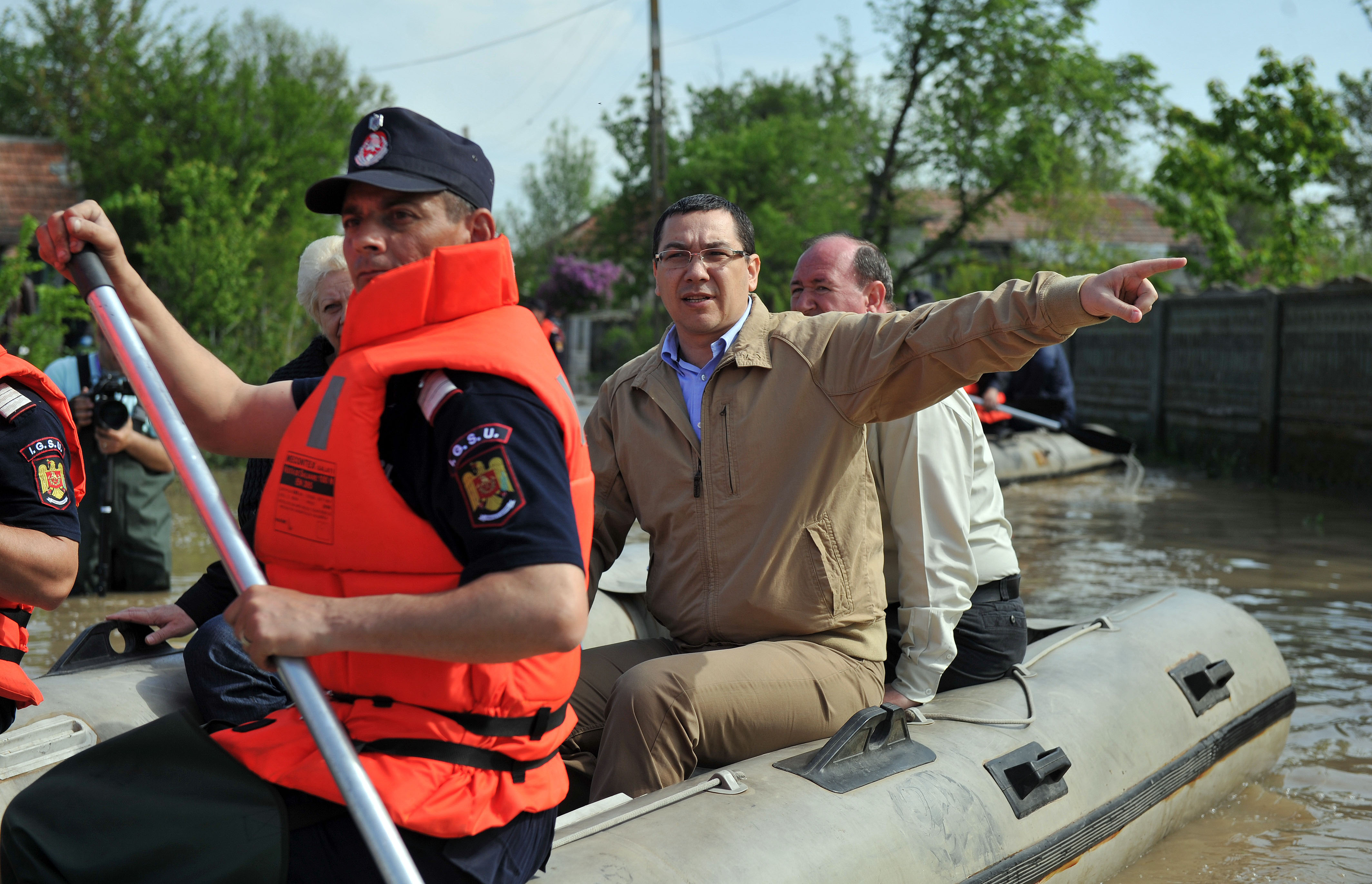 Ipocrizia  romaneasca, in barca tras de … sclavii pompieri