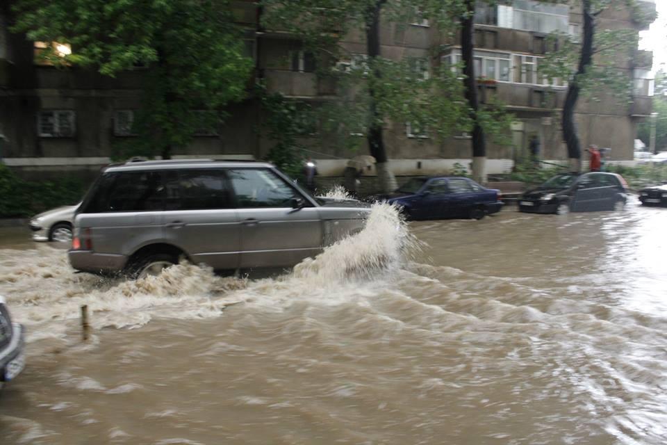 Inundatii in Bucuresti, dupa o ploaie mica