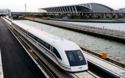 A_maglev_train_coming_out,_Pudong_International_Airport,_Shanghai