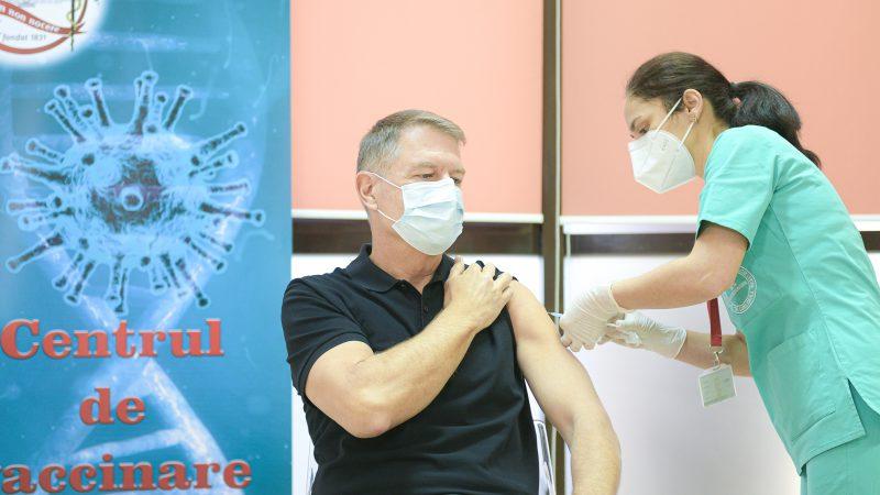 Președintele Klaus Iohannis s-a vaccinat și toată lumea a fost impresionată de mușchii lui
